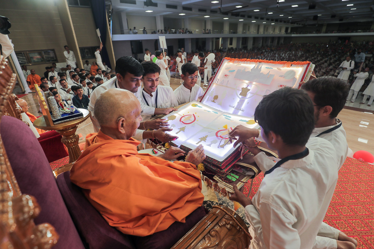 Swamishri observes a decorative card