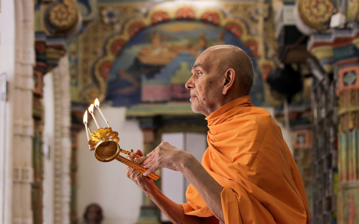 Swamishri performs the morning arti in the main mandir