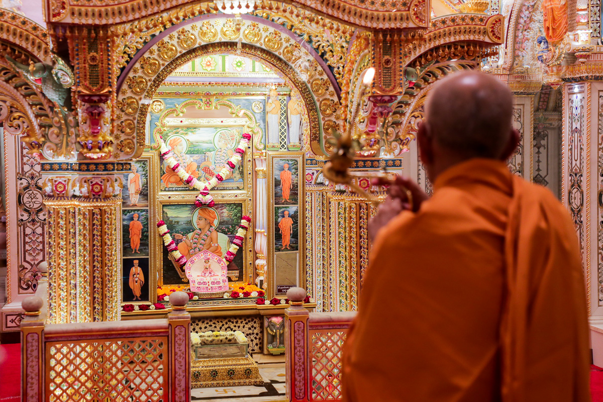 Swamishri performs the morning arti in the Akshar Deri