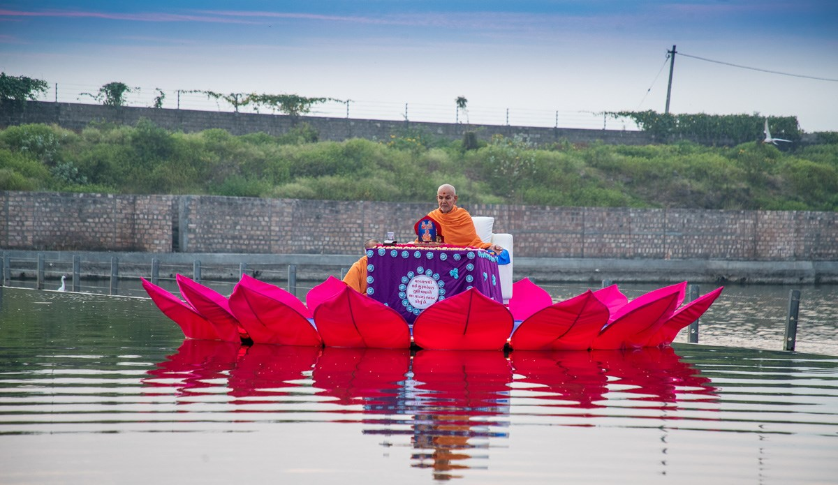 Swamishri performs his daily puja in the waters of River Gondali