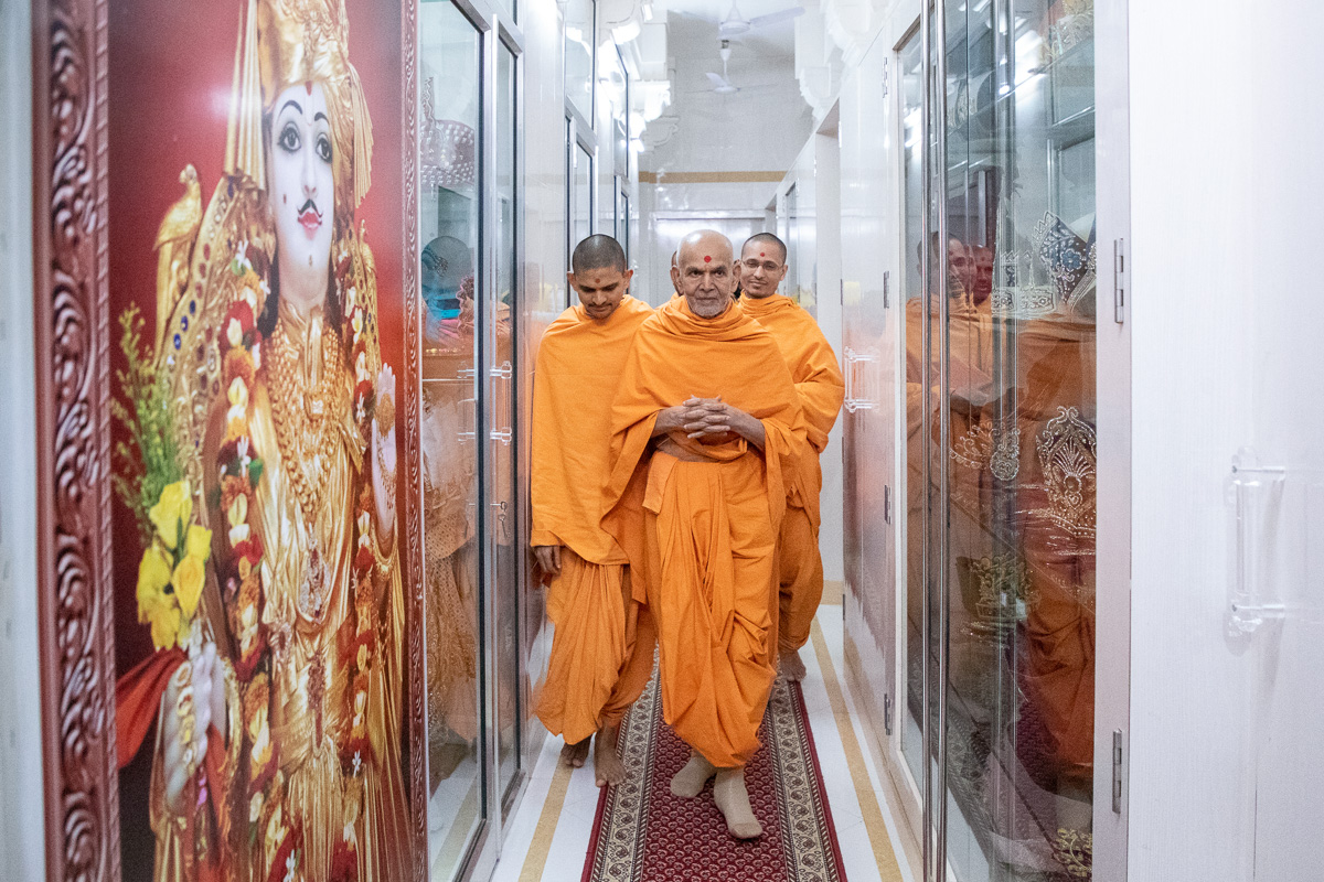 Swamishri on his way to the Akshar Deri