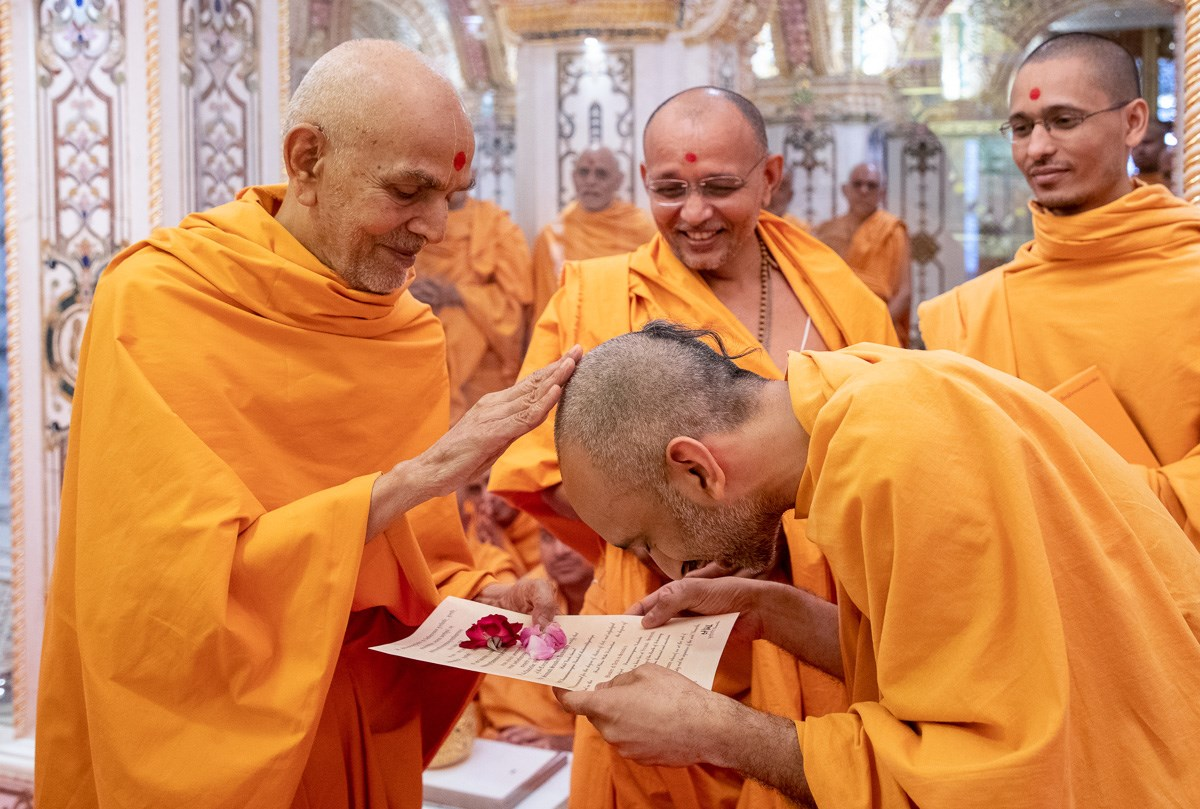 Swamishri blesses Yoganand Swami for successfully completing MA in Sanskrit