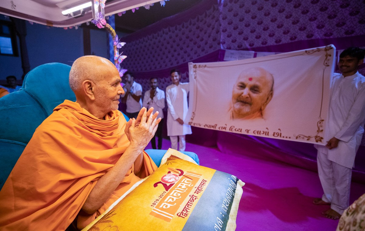 Swamishri observes a shawl while on his way to the evening satsang assembly