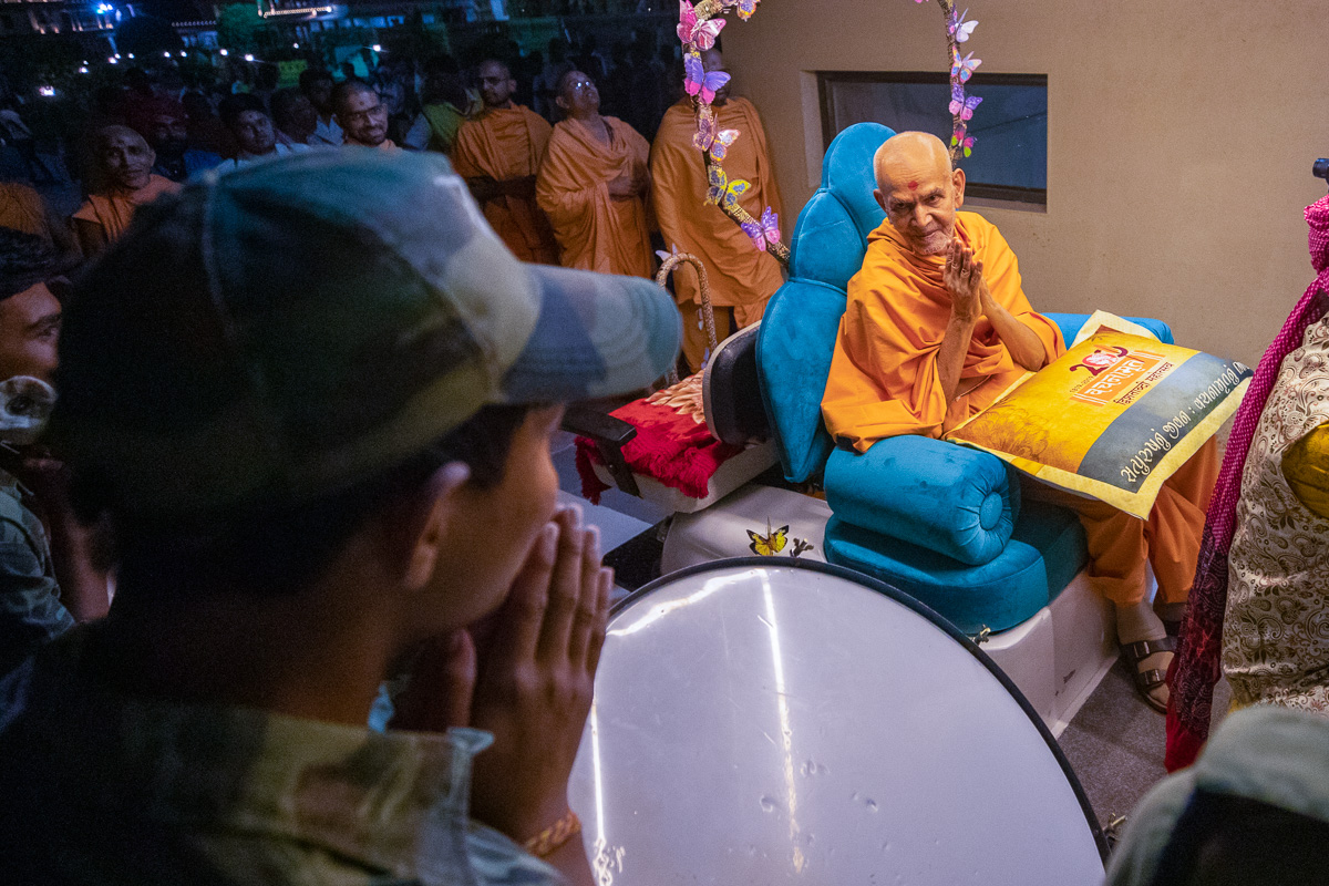Swamishri greets students with folded hands