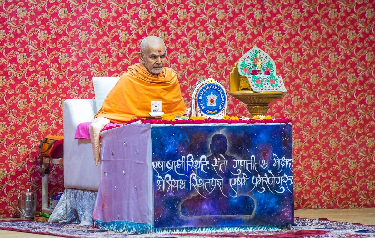 Swamishri listens to the student's recitations