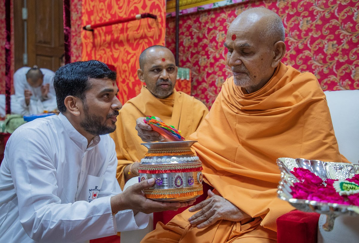 Swamishri sanctifies prayers