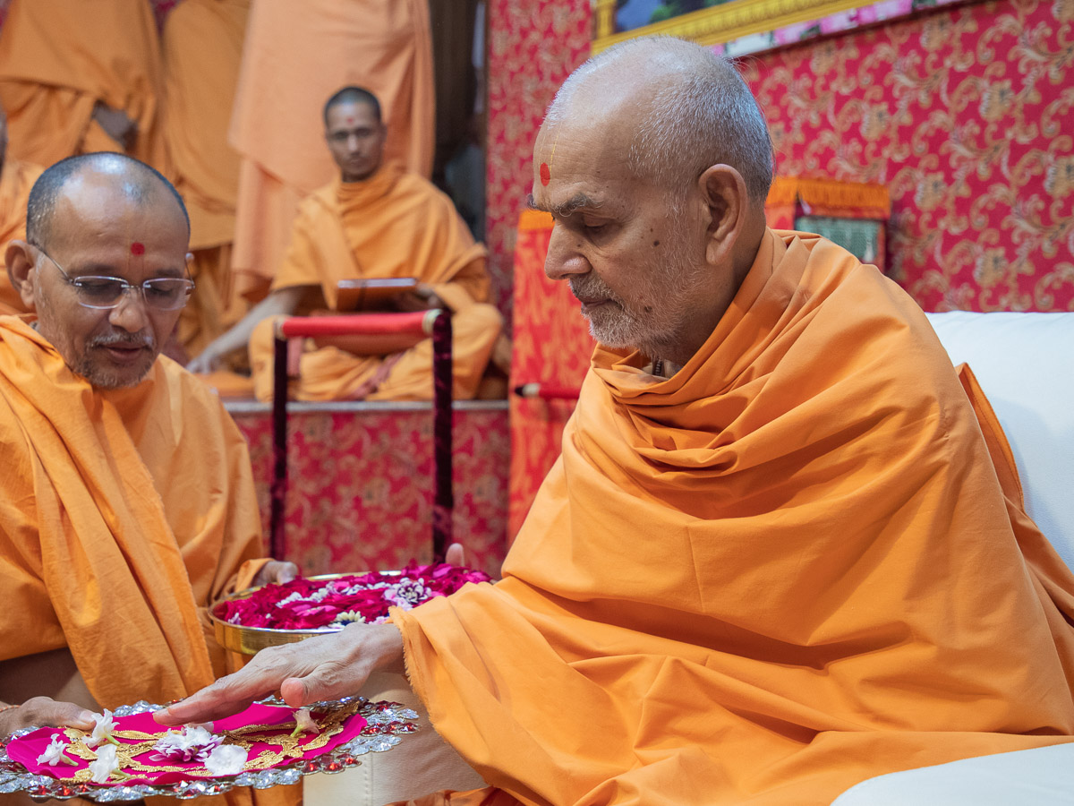 Swamishri performs pujan of Thakorji's ornaments on the auspicious day of 'Dhanteras'