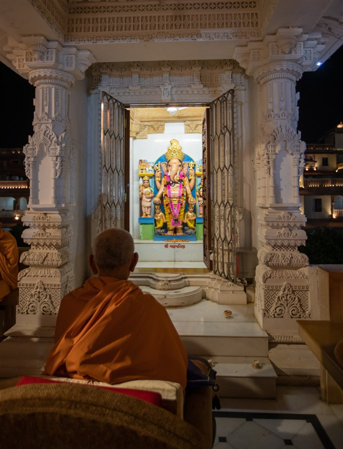 Swamishri engrossed in darshan of Shri Ganeshji