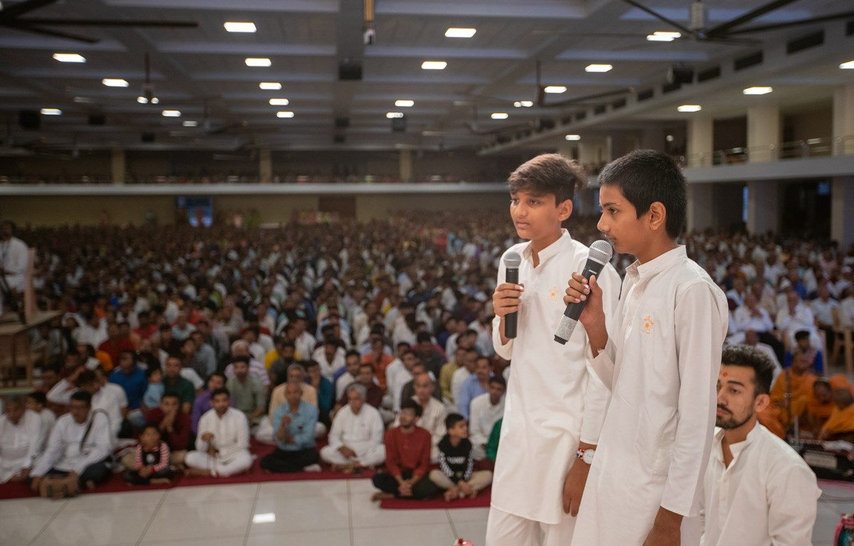 Children present during Swamishri's puja