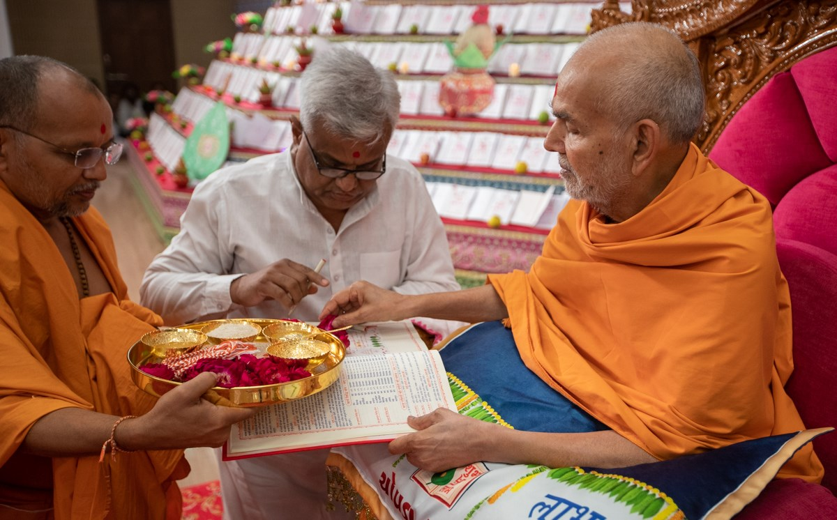 Swamishri sanctifies account books of BAPS Shri Swaminarayan Mandir, Gondal