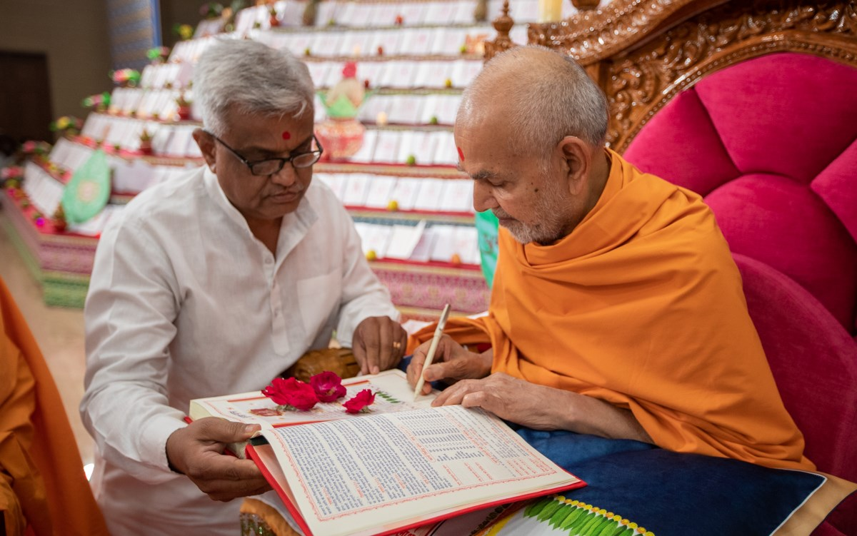 Swamishri sanctifies an account book