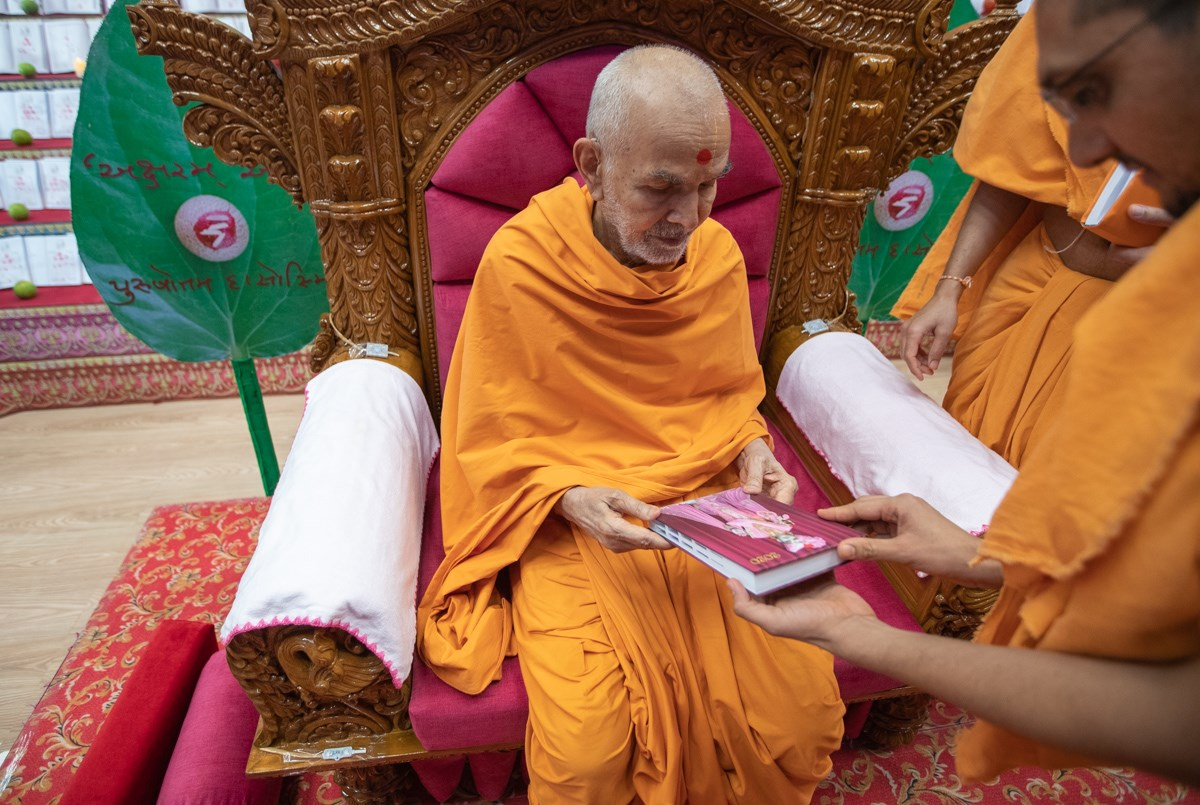 Swamishri sanctifies a diary