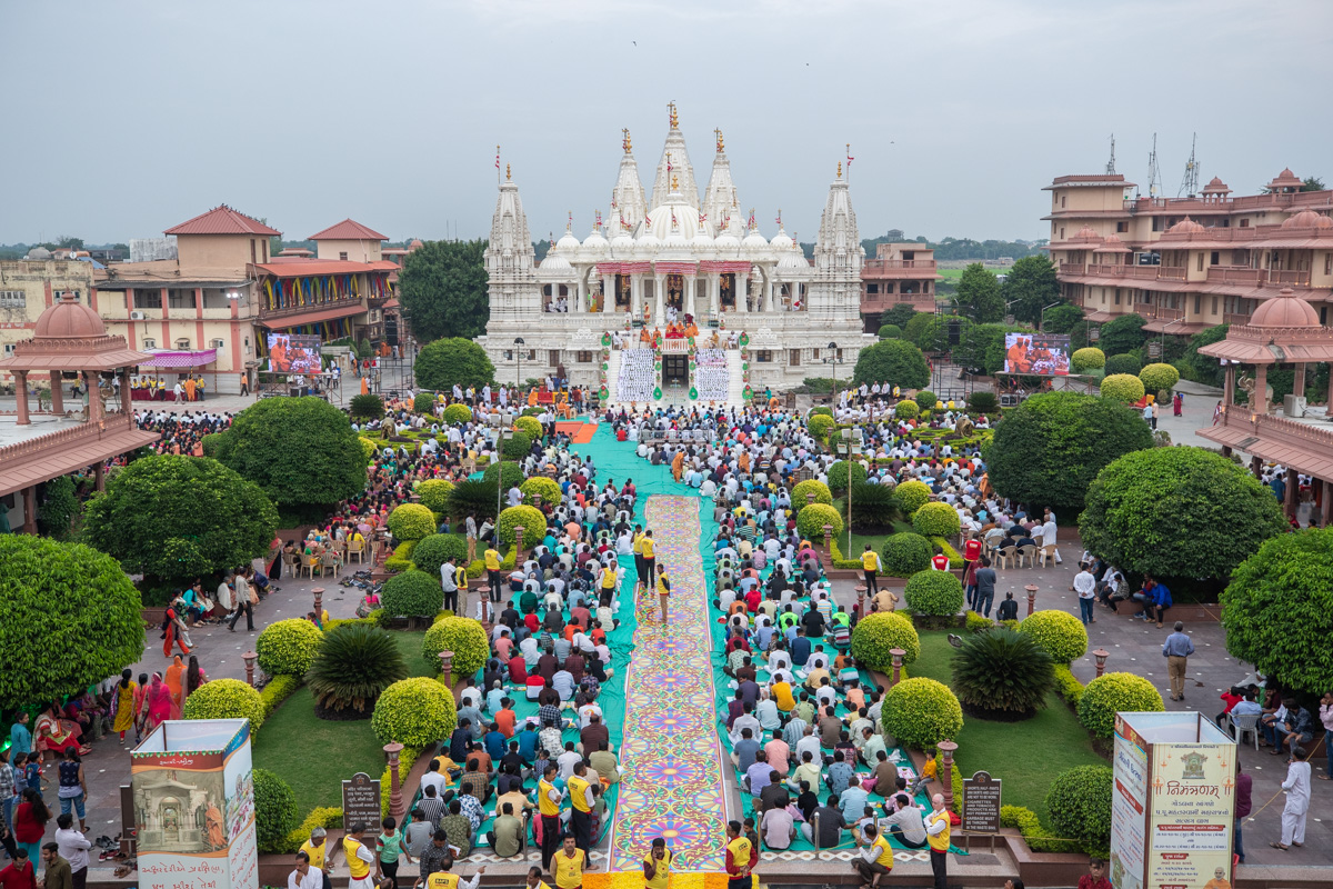 Devotees during the Chopda Pujan mahapuja