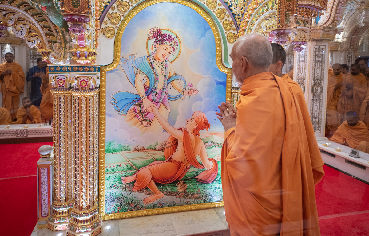 Swamishri engrossed in darshan in the Akshar Deri