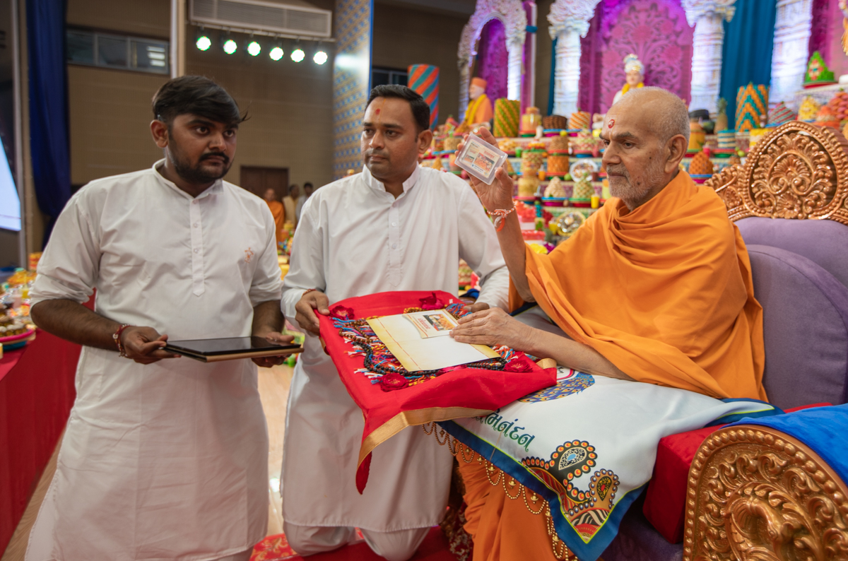 "Swamishri inaugurates an audio book of  <br><a href=""https://www.baps.org/Publications/Audios/Audio-Book/Vachanamrut-1313.aspx"" target=""blank"" style=""text-decoration:underline; color:blue;"">Vachanamrut (Hindi)</a>"