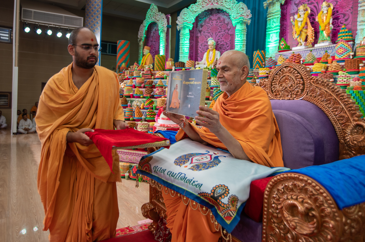 "Swamishri inaugurates an audio book of  <br><a href=""https://www.baps.org/Publications/Audios/Audio-Book/Brahmaswarup-Shri-Pramukh-Swami-Maharaj-(Part-2)-1325.aspx"" target=""blank"" style=""text-decoration:underline; color:blue;"" >Brahmaswarup Shri Pramukh Swami Maharaj (Part 2)</a>"