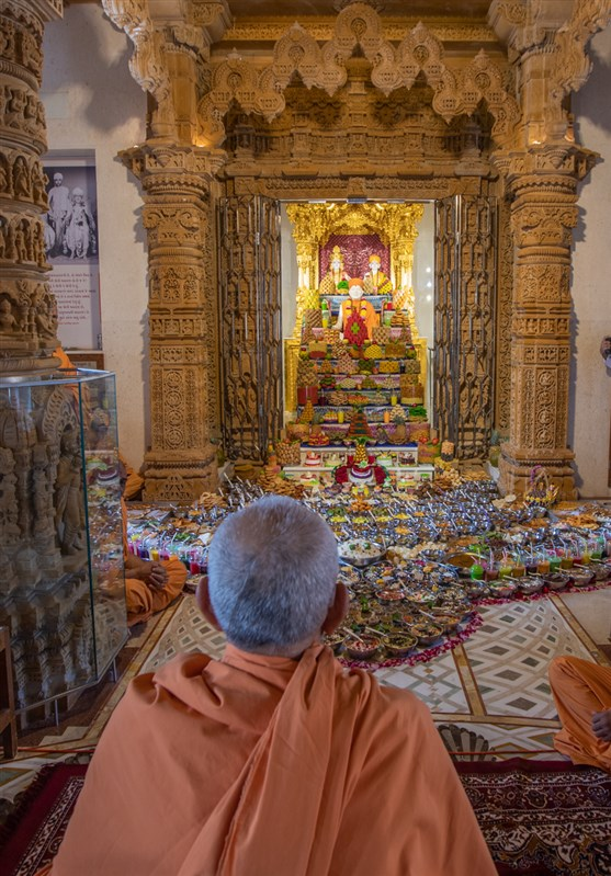Swamishri doing darshan of annakut offered to Shri Akshar-Purushottam Maharaj and Brahmaswarup Yogiji Maharaj