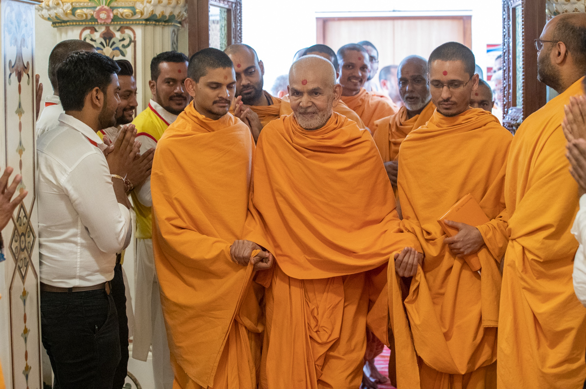 Swamishri arrives in the Akshar Deri