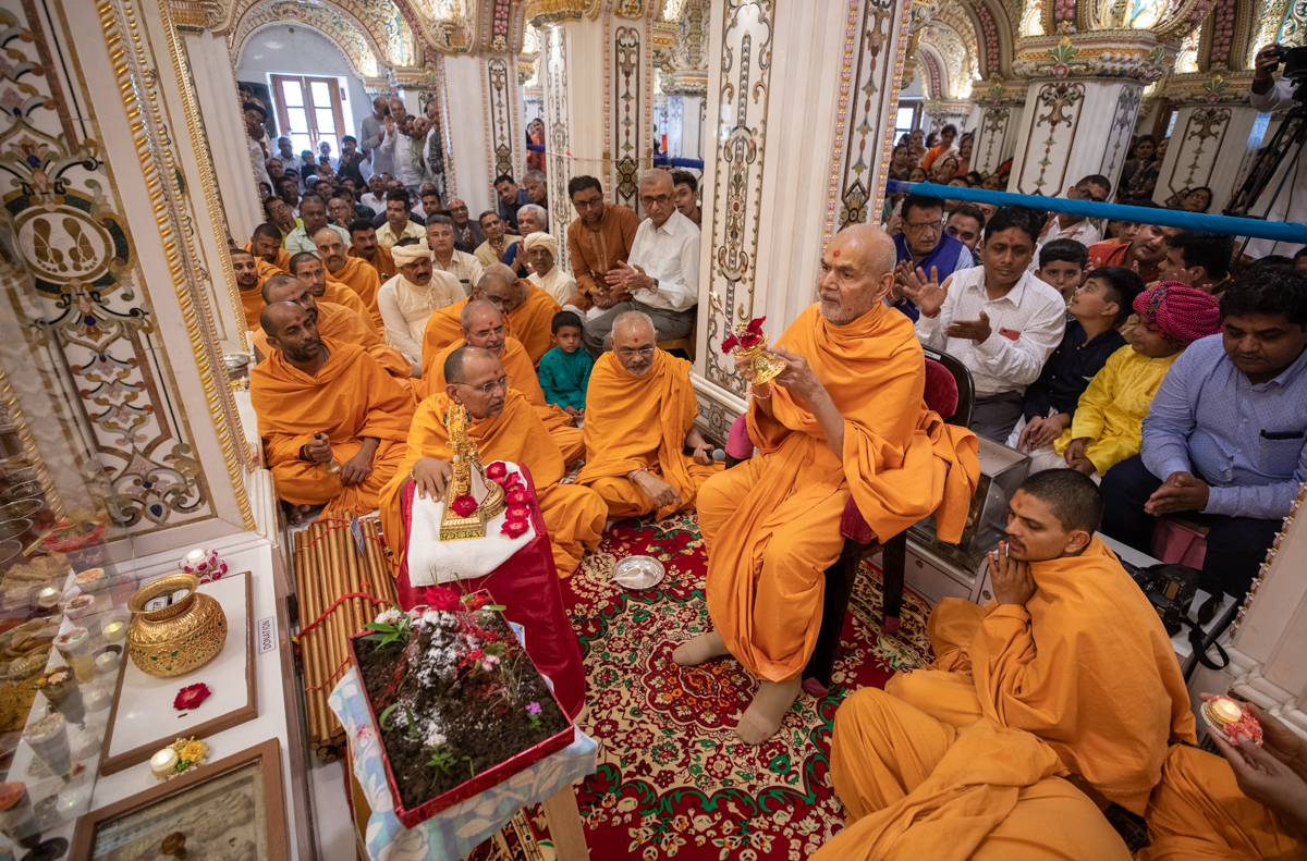 Swamishri performs the annakut arti