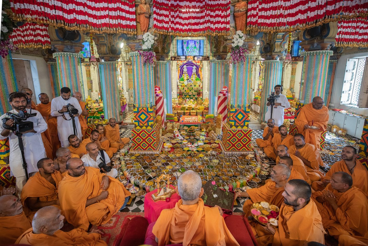 Swamishri doing darshan of annakut offered to Thakorji
