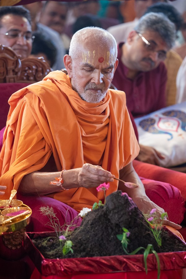 Swamishri performs Goverdhan puja