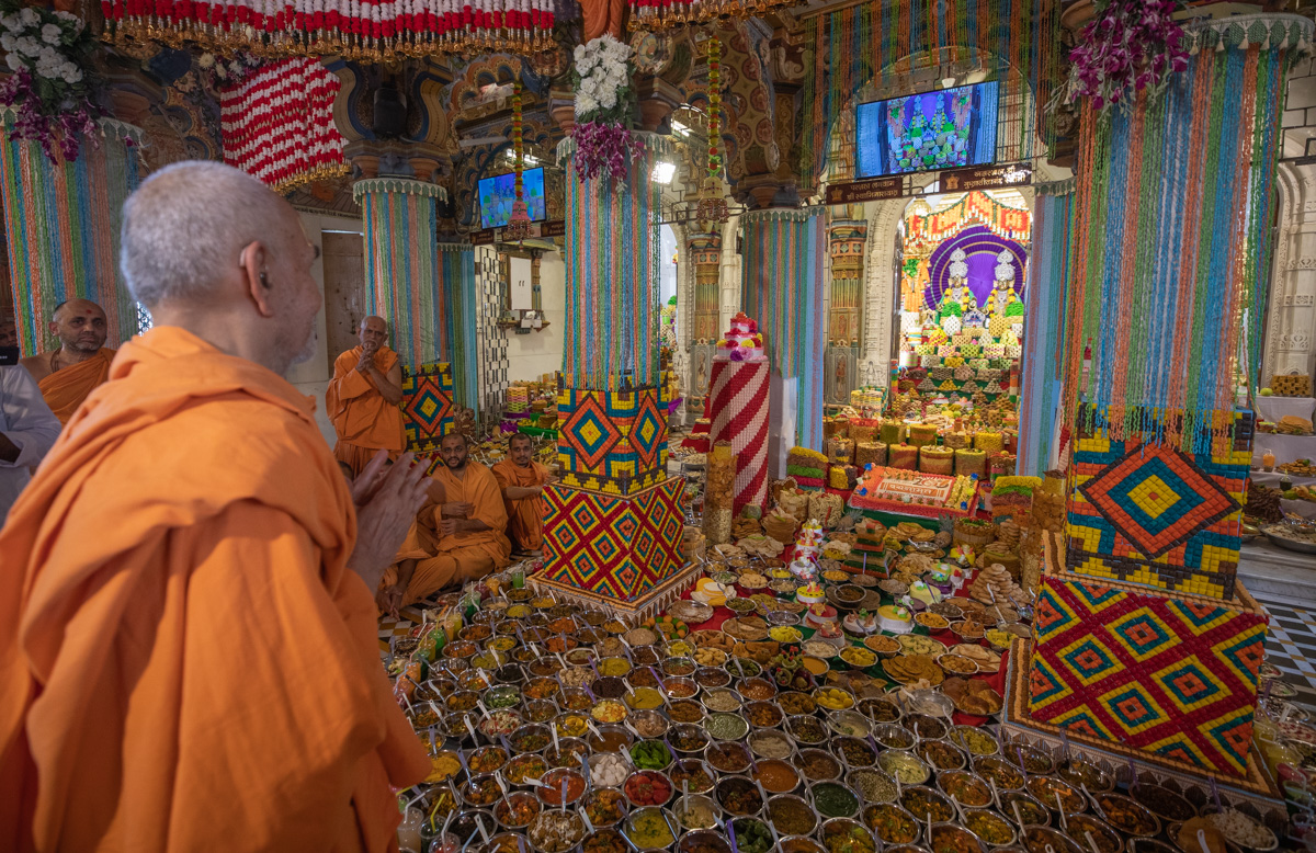 Swamishri doing darshan of annakut offered to Shri Akshar-Purushottam Maharaj