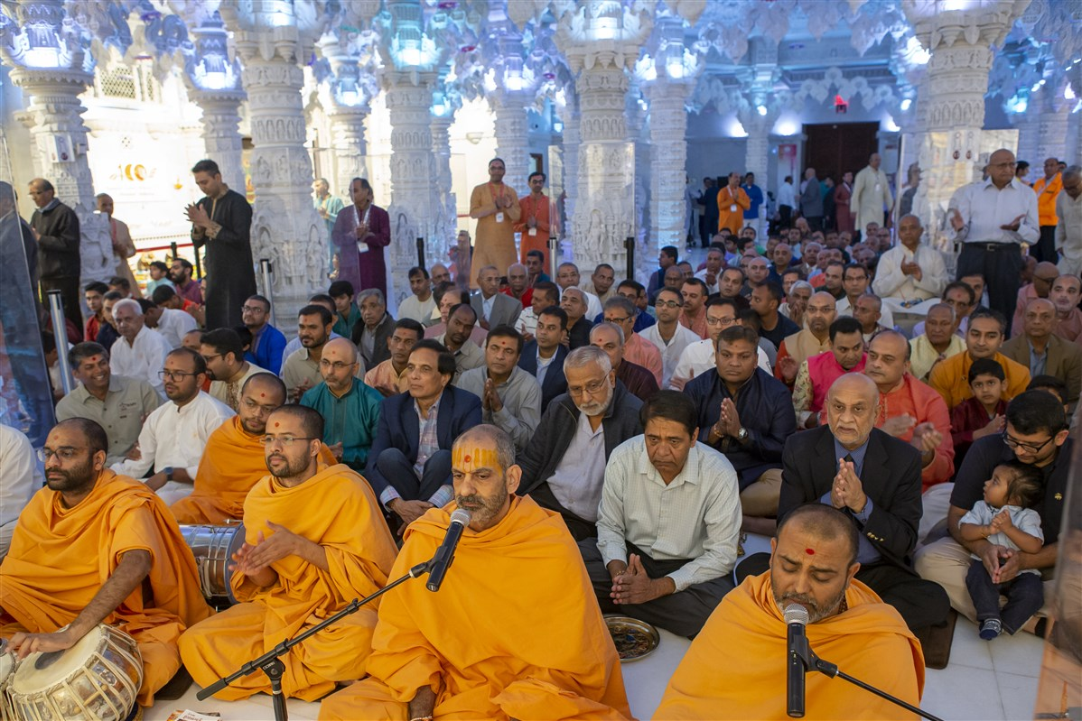 Pujya Swamis and devotees sing thal
