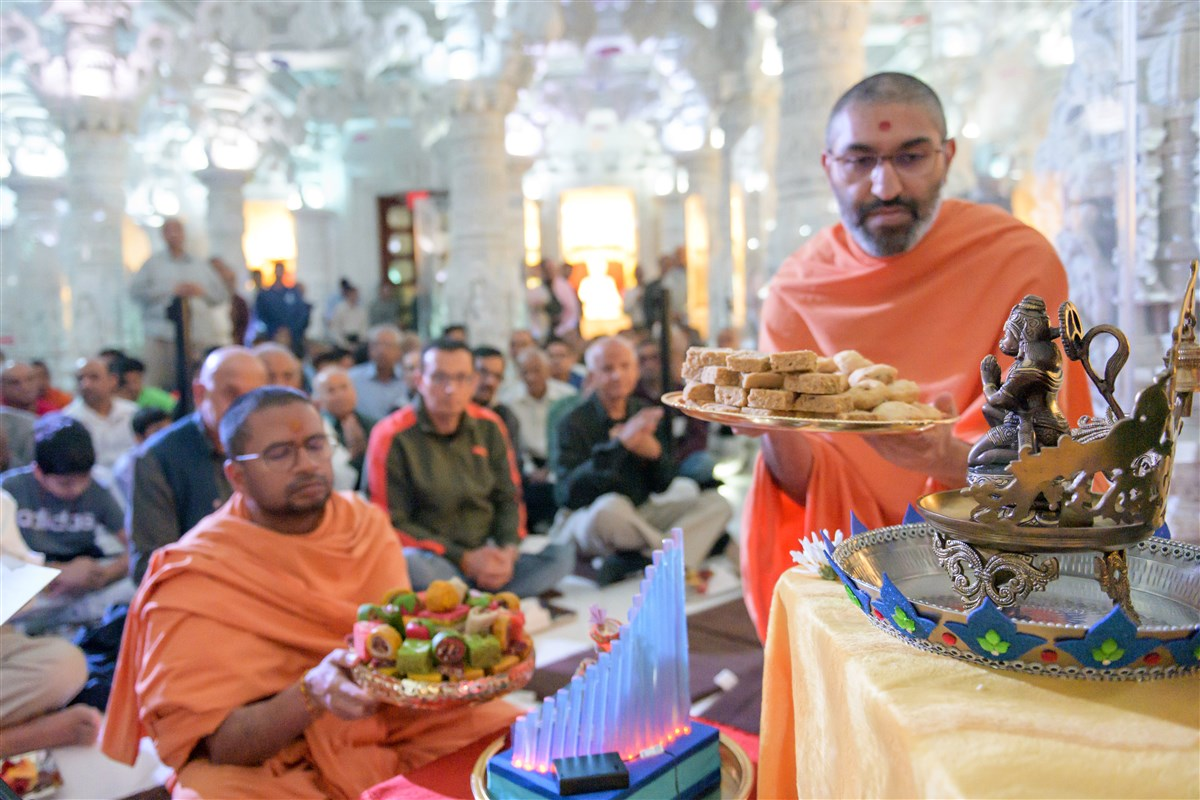 Pujya Swamis offer thal during the Hanuman Pujan