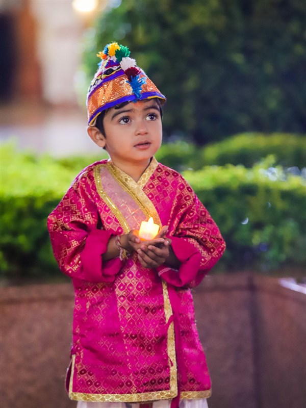A child waiting to welcome Swamishri