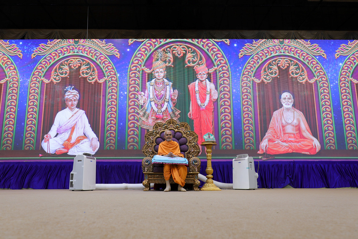 Swamishri during the welcome assembly