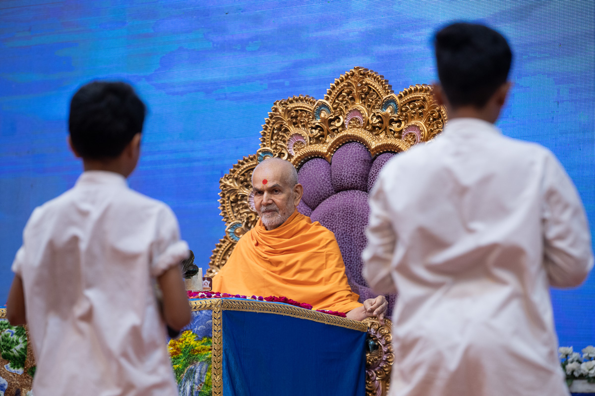Swamishri listens to the children's recitation