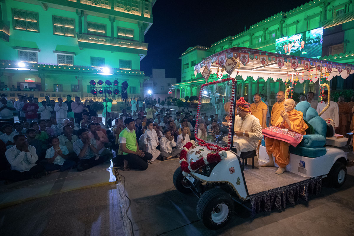 Pujya Mahant Swami Maharaj on his way for Thakorji's darshan