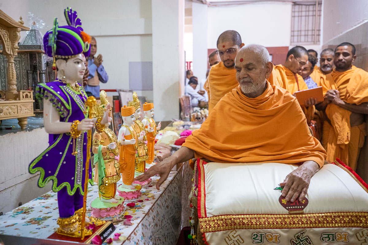 Swamishri sanctifies murtis for ghar mandirs