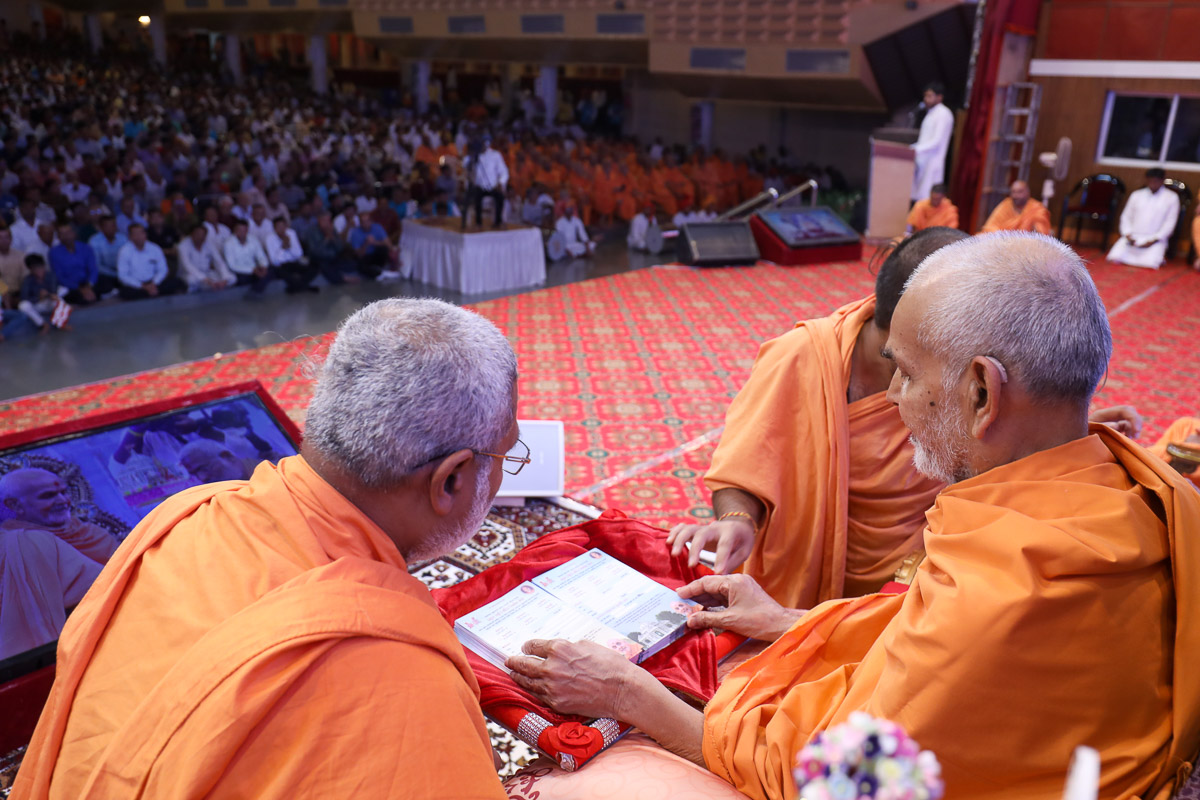 Swamishri sanctifies cards