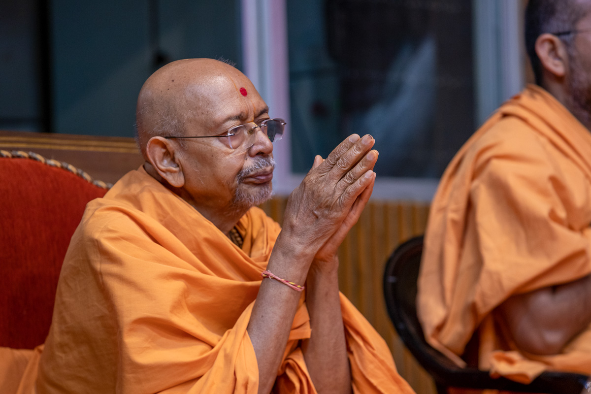 Pujya Tyagvallabh Swami doing darshan of Swamishri