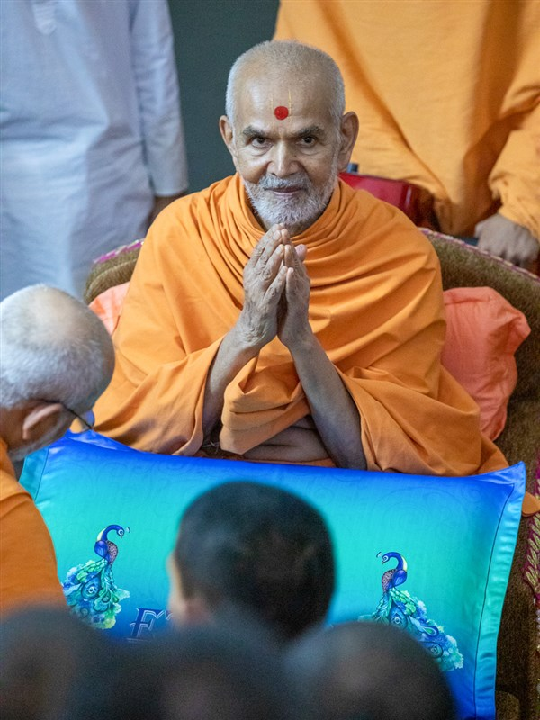 Swamishri greets all with folded hands