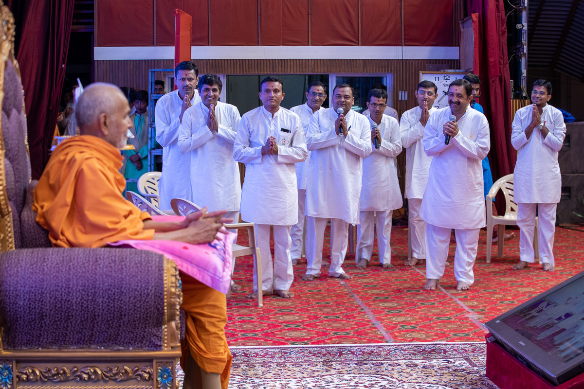 Devotees present before Swamishri