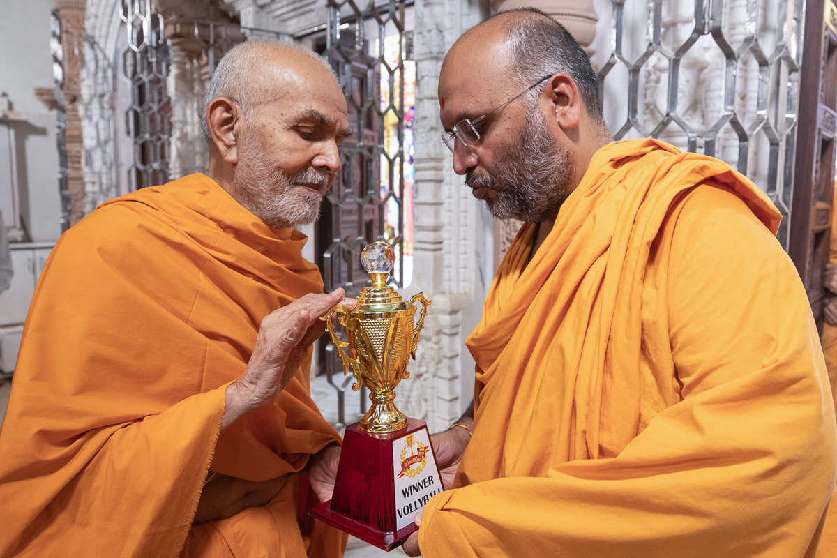 Swamishri sanctifies a trophy