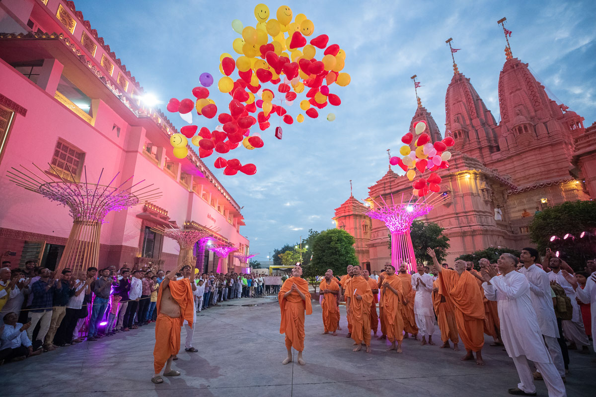 Swamishri and Pujya Tyagvallabh Swami release balloons