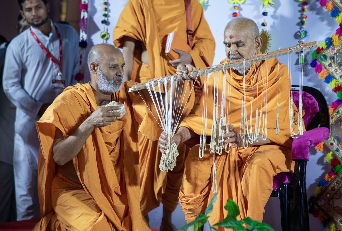 Swamishri sanctifies kanthis for vartaman vidhi