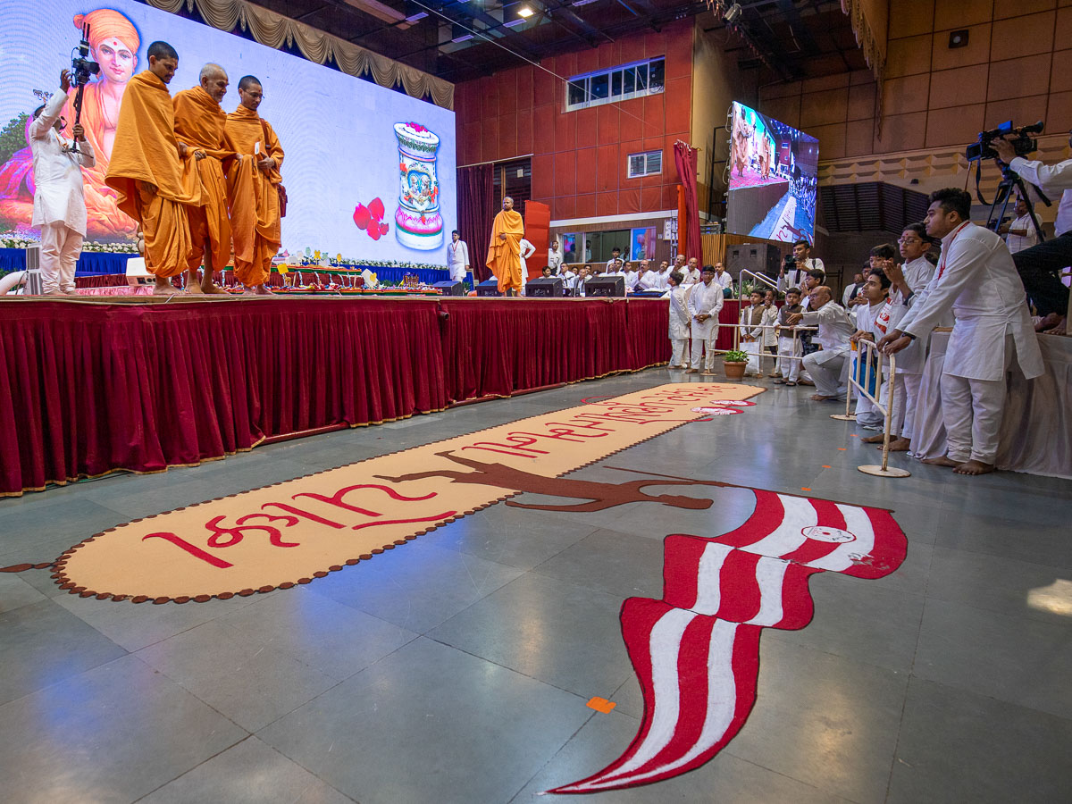 Swamishri observes a rangoli in the assembly hall