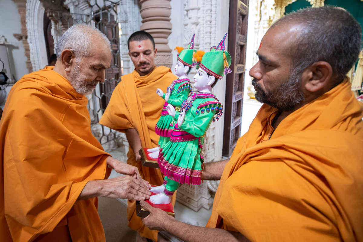 Swamishri sanctifies murtis