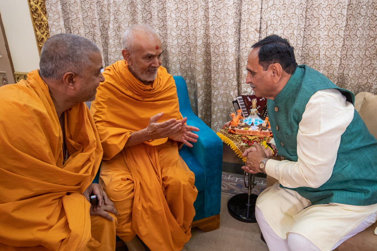 Swamishri in conversation with Shri Vijaybhai Rupani