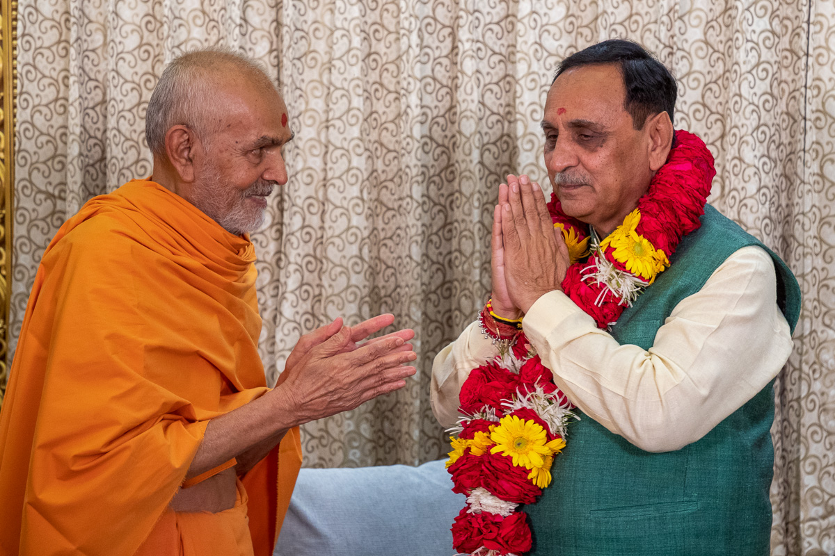 Swamishri honors Chief Minister of Gujarat Shri Vijaybhai Rupani