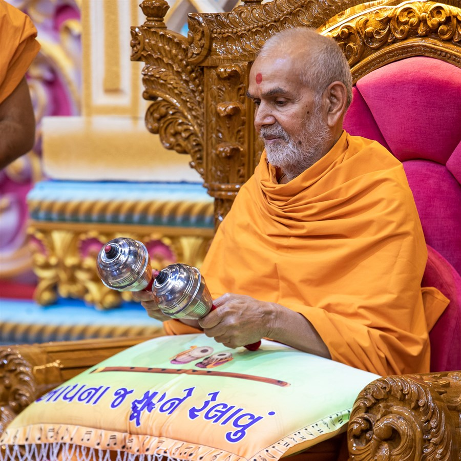 Swamishri plays the maracas