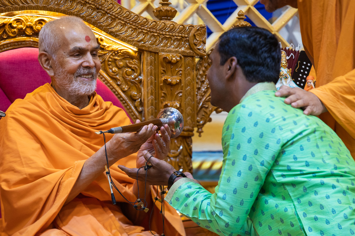 Swamishri sanctifies a shehnai
