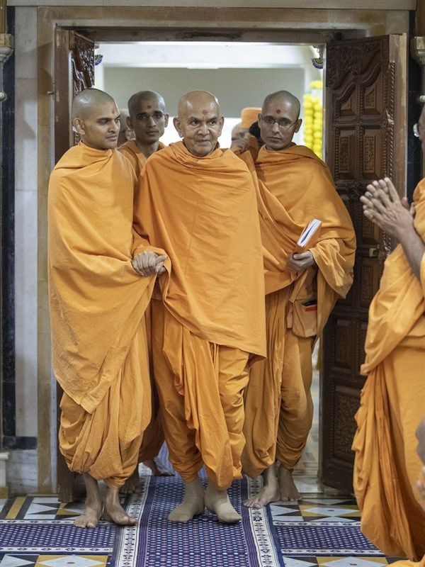 Swamishri arrives in the rang mandap