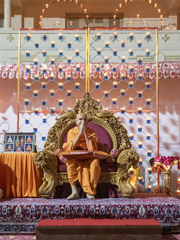 Swamishri greets all with 'Jai Swaminarayan' in the welcome assembly