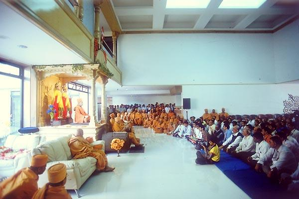 Swamishri blesses the doctors and staff in the hospital foyer