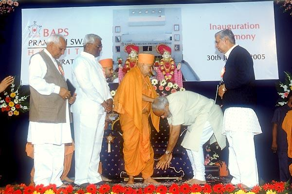 The Chief Minister and Government ministers receive Swamishri's blessings before leaving